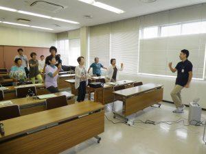 旧JA富戸支店にて健康教室での運動指導の様子